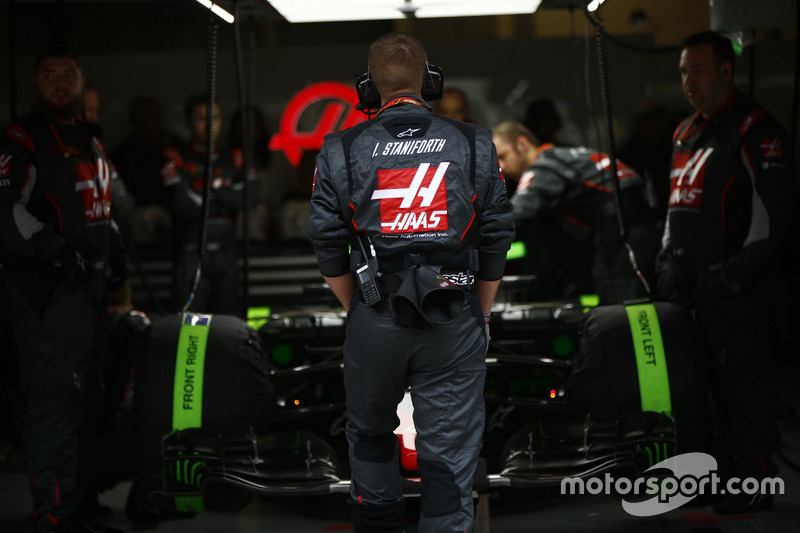 Haas F1 Team, Mechaniker, schicken Romain Grosjean, Haas F1 Team VF-17, aus der Box