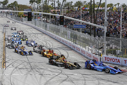 Scott Dixon, Chip Ganassi Racing Honda leads at the start