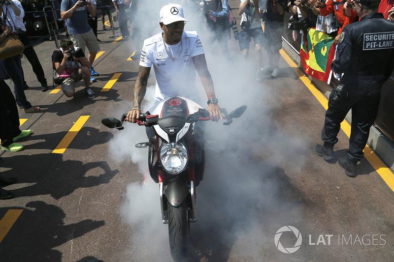 Льюіс Хемілтон палить шини на своєму мотоциклі MV Agusta Custom Dragster RR LH44