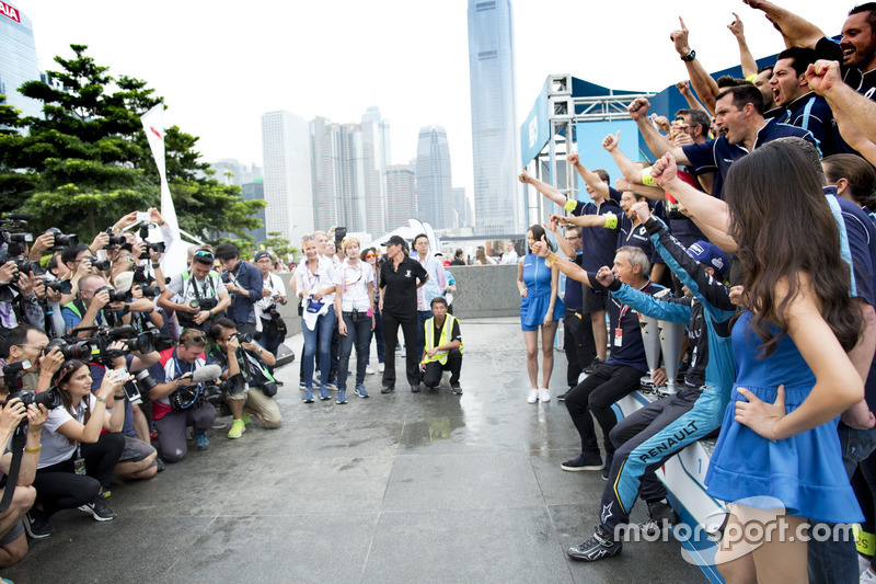 Podium: Race winner Sébastien Buemi, Renault e.Dams with the team