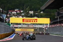 Nico Rosberg, Mercedes AMG F1 Team W07 yarışın başında lider