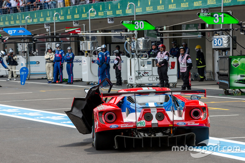 Trouble for the #67 Ford Chip Ganassi Racing Team UK Ford GT: Marino Franchitti, Andy Priaulx, Harry