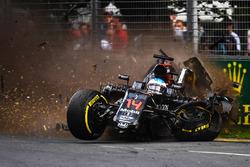 Fernando Alonso, McLaren MP4-31 in een enorme crash