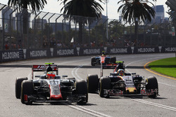 Esteban Gutierrez, Haas F1 Team VF-16 and Carlos Sainz Jr., Scuderia Toro Rosso STR11 battle for pos