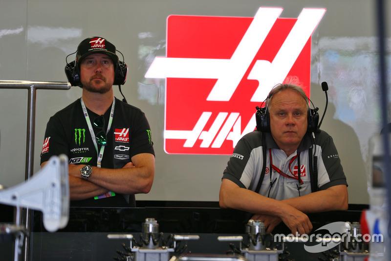 El piloto de NASCAR Kurt Busch, en el pit de Haas F1 Team con Gene Haas, presidente de Haas Automot