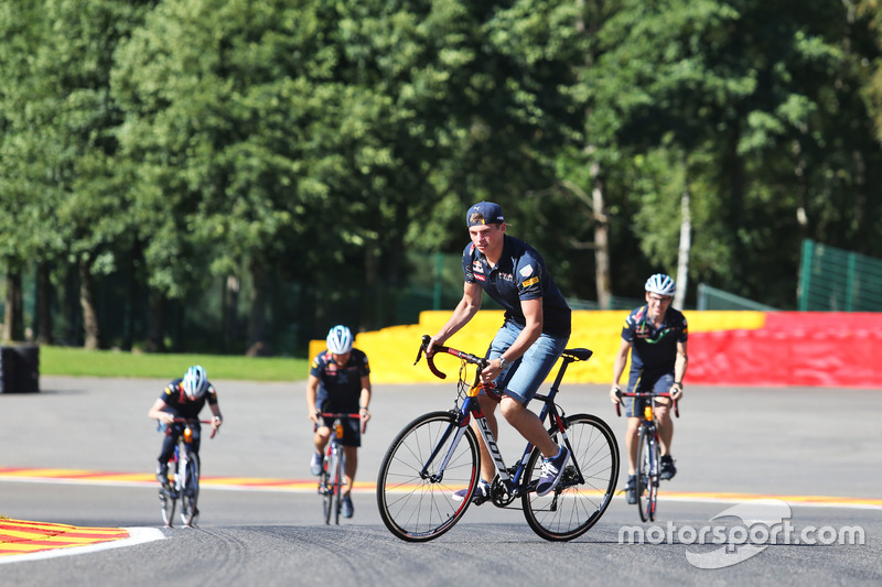 Max Verstappen, Red Bull Racing percorre il circuito in bici