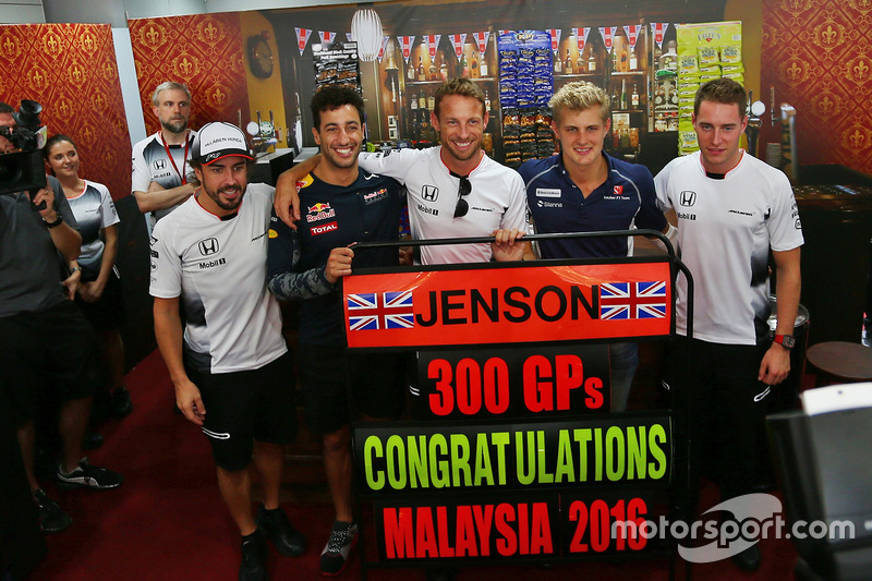Jenson Button, McLaren celebrates his 300th GP with (L to R): team mate Fernando Alonso, McLaren; Daniel Ricciardo, Red Bull Racing; Jenson Button, McLaren; Marcus Ericsson, Sauber F1 Team; Stoffel Vandoorne, McLaren Test and Reserve Driver