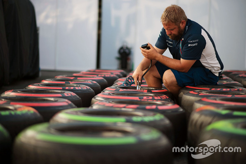 Williams mechanic with Pirelli tyres