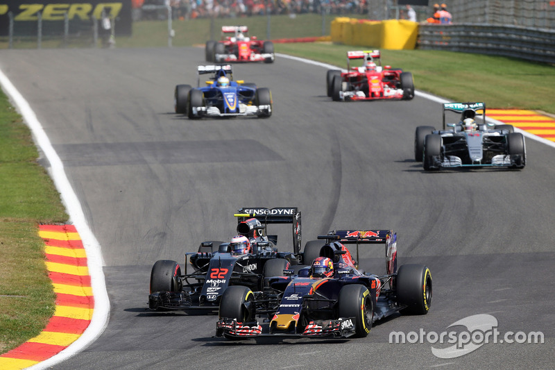 Daniil Kvyat, Scuderia Toro Rosso STR11 and Jenson Button, McLaren MP4-31 battle for position