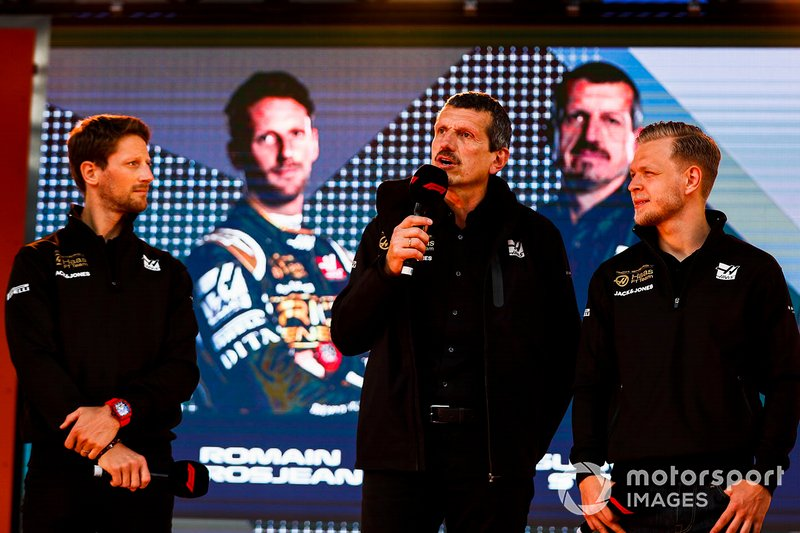 Romain Grosjean, Haas F1 Team, Guenther Steiner, Team Principal, Haas F1 e Kevin Magnussen, Haas F1 Team, sul palco dell'evento a Federation Square