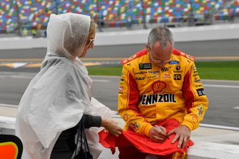 Joey Logano, Team Penske, Ford Mustang Shell Pennzoil crew signs for a fan