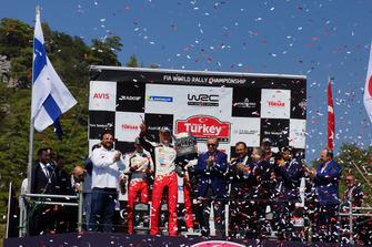 Serkan Yazıcı, presidente de TOSFED, ganador de la carrera Ott Tänak, Toyota Gazoo Racing, Recep Tayyip Erdoğan, presidente de Turquía