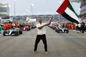 Actor Will Smith waves the UAE flag ahead of the start