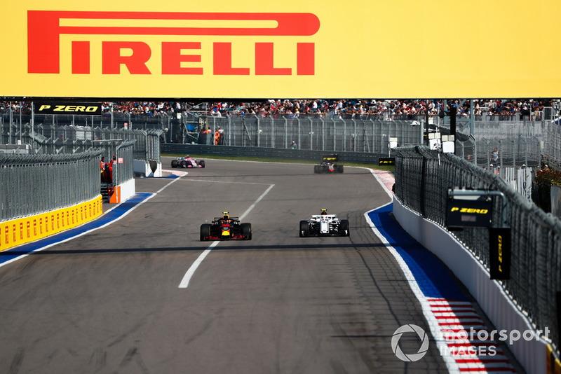Max Verstappen, Red Bull Racing RB14, precede Charles Leclerc, Sauber C37