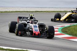 Kevin Magnussen, Haas F1 Team VF-18, Carlos Sainz Jr., Renault Sport F1 Team R.S. 18