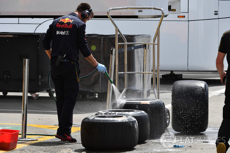 Un mecánico de Red Bull Racing lava los neumáticos Pirelli