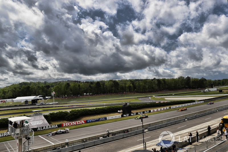 Josef Newgarden, Team Penske Chevrolet devant Sébastien Bourdais, Dale Coyne Racing with Vasser-Sullivan Honda au restart