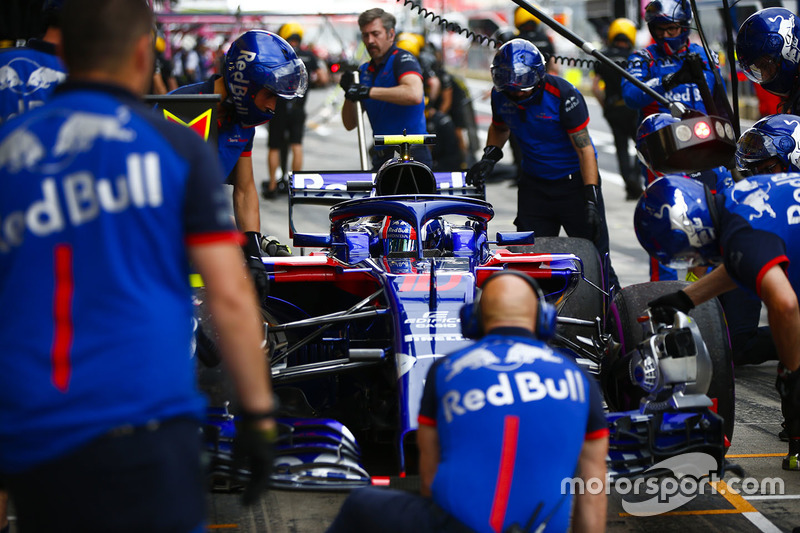 Pierre Gasly, Toro Rosso STR13, in the pits during practice