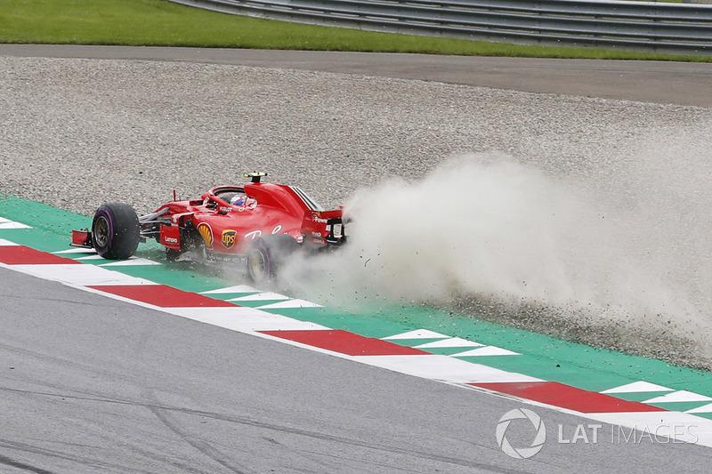 Kimi Raikkonen, Ferrari SF71H, corre a través de una trampa de grava, levantando polvo y piedras
