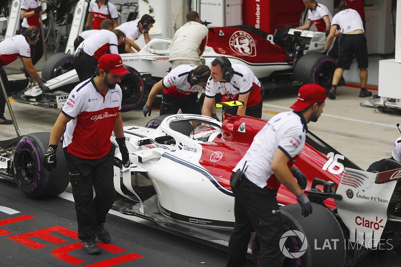 Charles Leclerc, Sauber C37, e Marcus Ericsson, Sauber C37, davanti al box Sauber