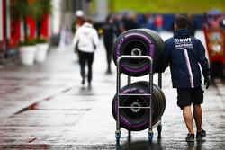 Un mécanicien de Force India pousse un chariot de pneus Pirelli dans le paddock