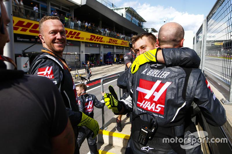 Gli ingegneri Haas F1 festeggiano il miglior risultato del team a oggi