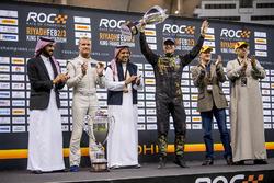 Il secondo classificato Petter Solberg riceve il suo trofeo
