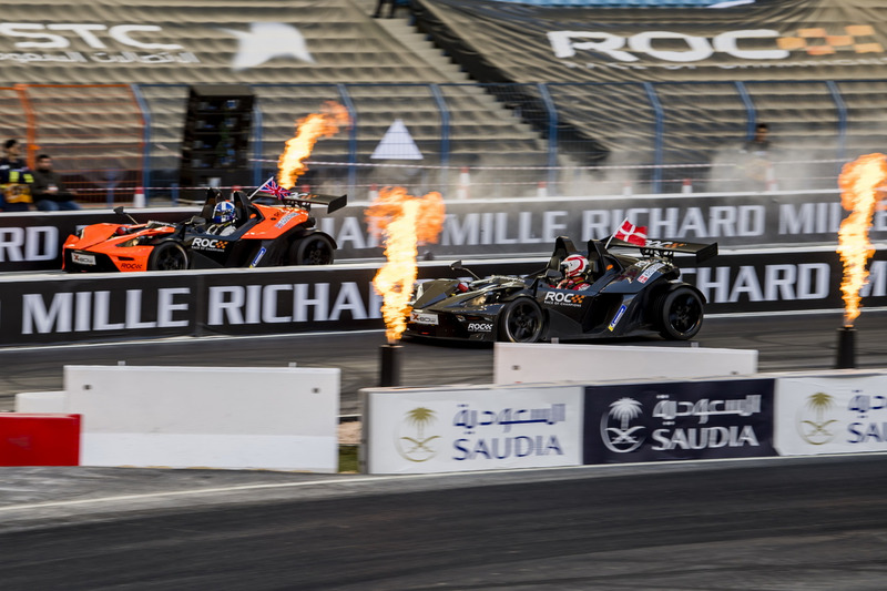 David Coulthard conduce el KTM X-Bow Comp R beats Tom Kristensen
