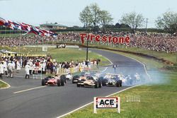 Chris Amon, Ferrari 246T, devance Jochen Rindt, Lotus 49B-Ford, au départ