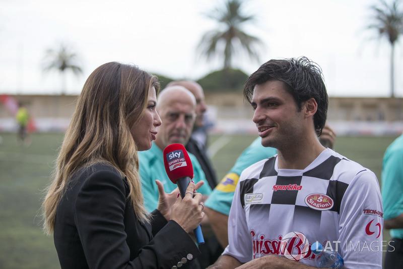 Carlos Sainz Jr., Renault Sport F1 Team parla con Federica Masolin, Presentatrice Sky Italia