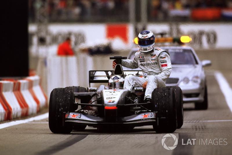Barcelona 2001: Mika Hakkinen (McLaren) menumpang David Coulthard (McLaren)