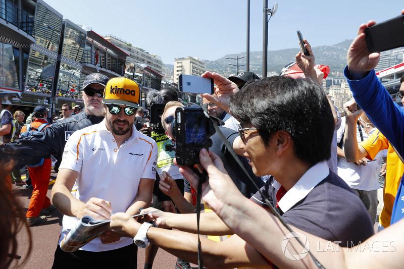 Fernando Alonso, McLaren signe des autographes
