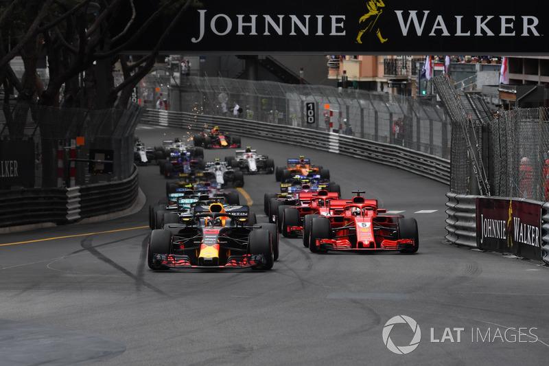 Daniel Ricciardo, Red Bull Racing RB14 precede Sebastian Vettel, Ferrari SF71H alla partenza della gara