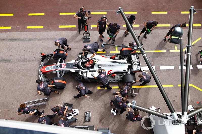 Kevin Magnussen, Haas F1 Team VF-18, en el pitlane