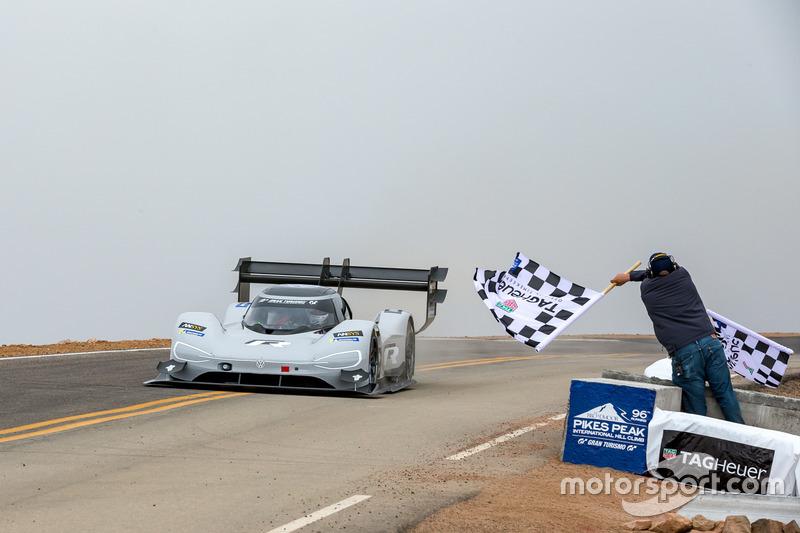 #94 Romain Dumas, Volkswagen I.D. R Pikes Peak, passe sous le drapeau à damier