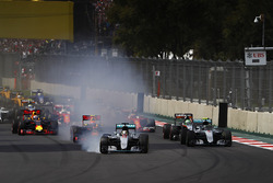 Lewis Hamilton, Mercedes F1 W07 Hybrid, bloque une roue au départ devant Nico Rosberg, Mercedes F1 W07 Hybrid, Max Verstappen, Red Bull Racing RB12 TAG Heuer, Nico Hulkenberg, Force India VJM09 Mercedes, the rest of the field