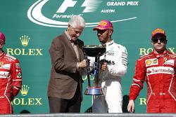 Former US President Bill Clinton presents Race winner Lewis Hamilton, Mercedes AMG F1, with the winn