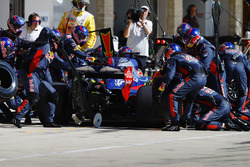 Brendon Hartley, Scuderia Toro Rosso STR12, pit stop action