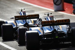 Carlos Sainz Jr., Renault Sport F1 Team RS17, Nico Hulkenberg, Renault Sport F1 Team RS17, font la queue dans les stands