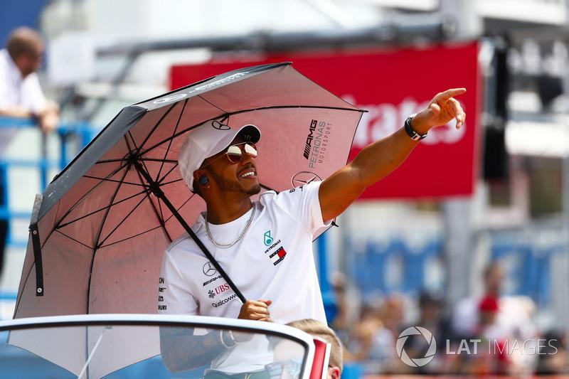 Lewis Hamilton, Mercedes AMG F1, mengikuti parade pembalap