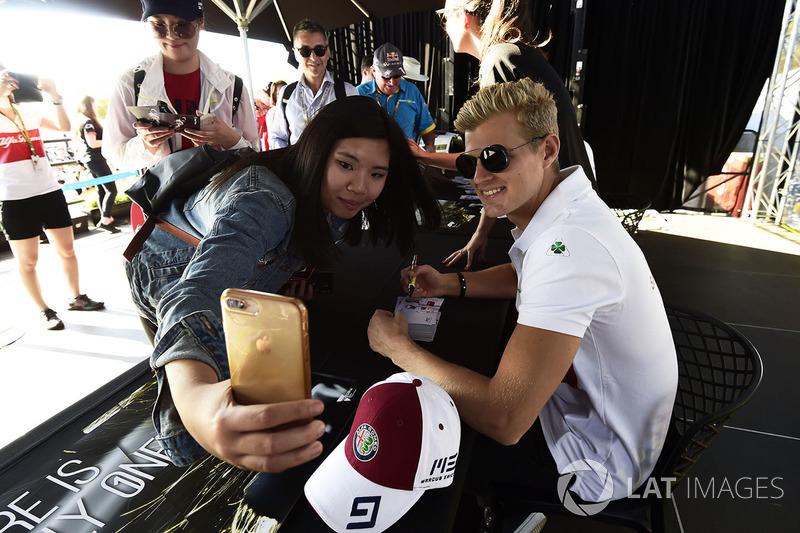 Marcus Ericsson, Sauber, posa per un selfie con una fan