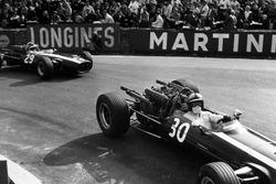 Pedro Rodriguez, Cooper T81-Maserati, precede Jochen Rindt, Cooper T81B-Maserati