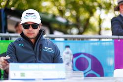Nelson Piquet Jr., Jaguar Racing, en la sesión de autógrafos