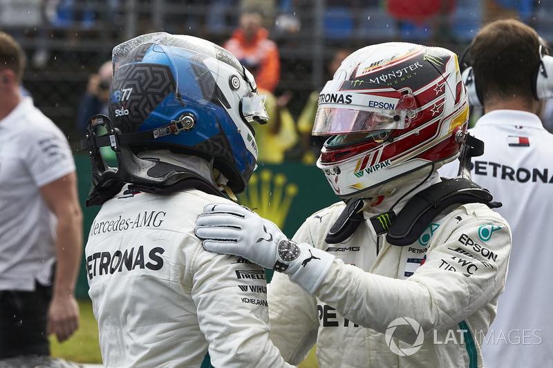 Valtteri Bottas, Mercedes AMG F1, y Lewis Hamilton, Mercedes AMG F1, se felicitan