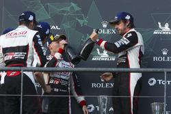 Переможці гонки Фернандо Алонсо, Себастьян Буемі, Казукі Накадзіма, Toyota Gazoo Racing