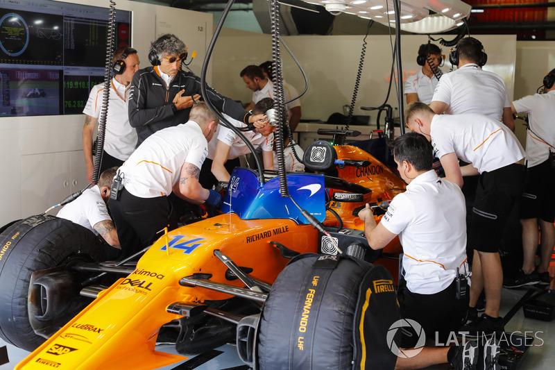 Mühendisler, Fernando Alonso'nun McLaren MCL33 aracı üzerinde çalışıyor.