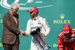 Former US President Bill Clinton presents Race winner Lewis Hamilton, Mercedes AMG F1