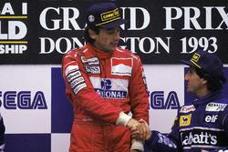 Il vincitore della gara Ayrton Senna, McLaren, il terzo classificato Alain Prost, Williams