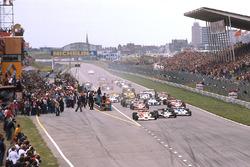 Départ : James Hunt, McLaren M26 mène