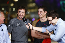 Cem Bolukbasi, Fernando Alonso, McLaren  en la E-Sports arena